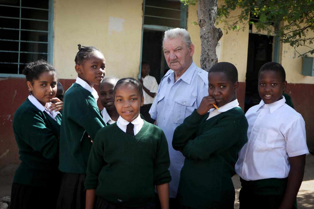 Pater Bolle tussen zijn leerlingen