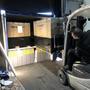 La dernière palette avec panneaux solaires est chargée dans le container.