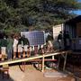 Les élèves aident à décharger les panneaux solaires.