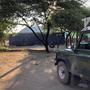On fait appel au Land Rover du père Bolle pour amener le container à sa place exacte.