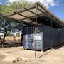 L'auvent est prêt au dessus du container avec le reste du matériel solaire pour les deux autres projets.