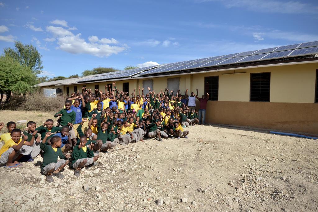Zonnepanelen op het dak van de lagere school