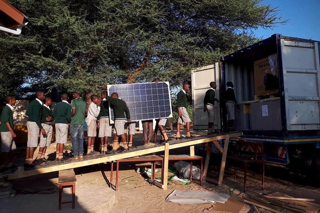 Déchargement du container avec matériel solaire à l'école primaire