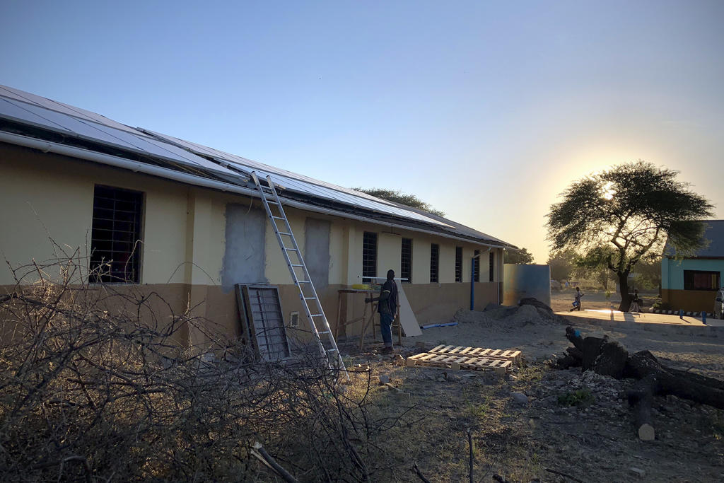Installation des panneaux solaires à l'école primaire