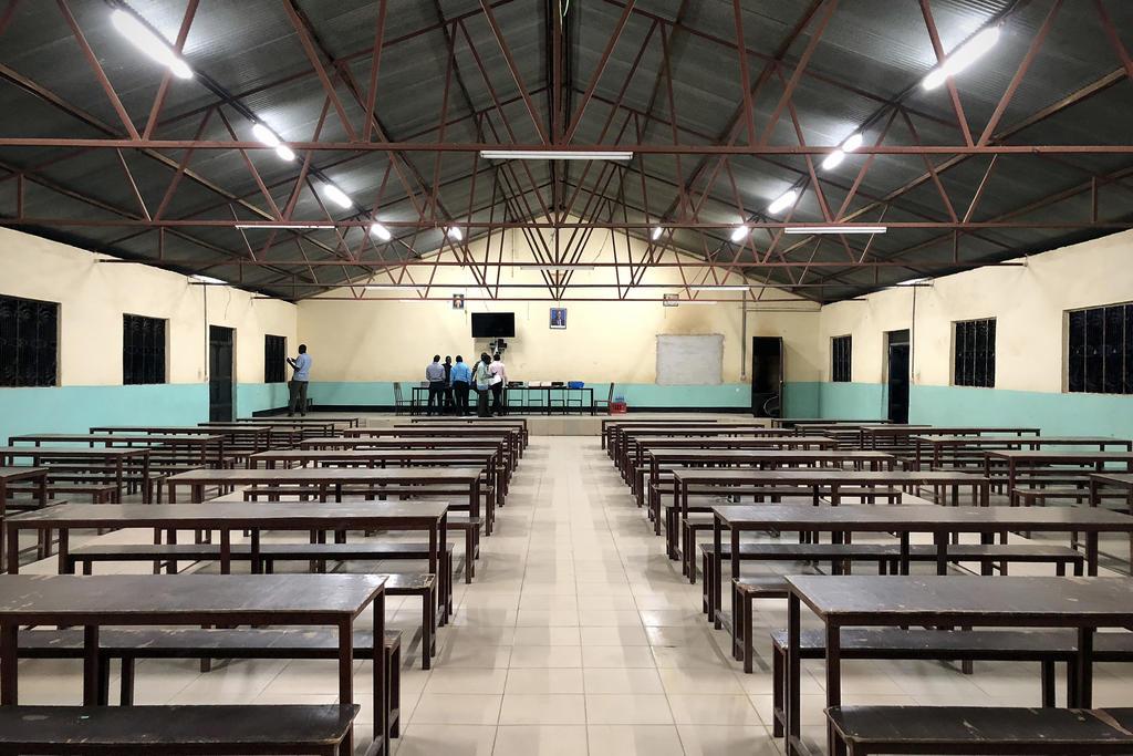 Nouvel éclairage LED dans le réfectoire de l'école primaire